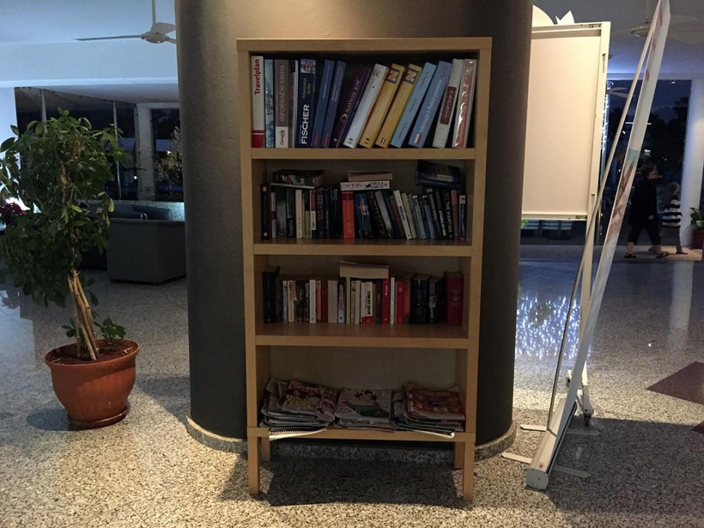 Regał z książkami w hotelu Relaxia Lanzasur Club - to tutaj znajdziecie moją podróżującą książkę.
