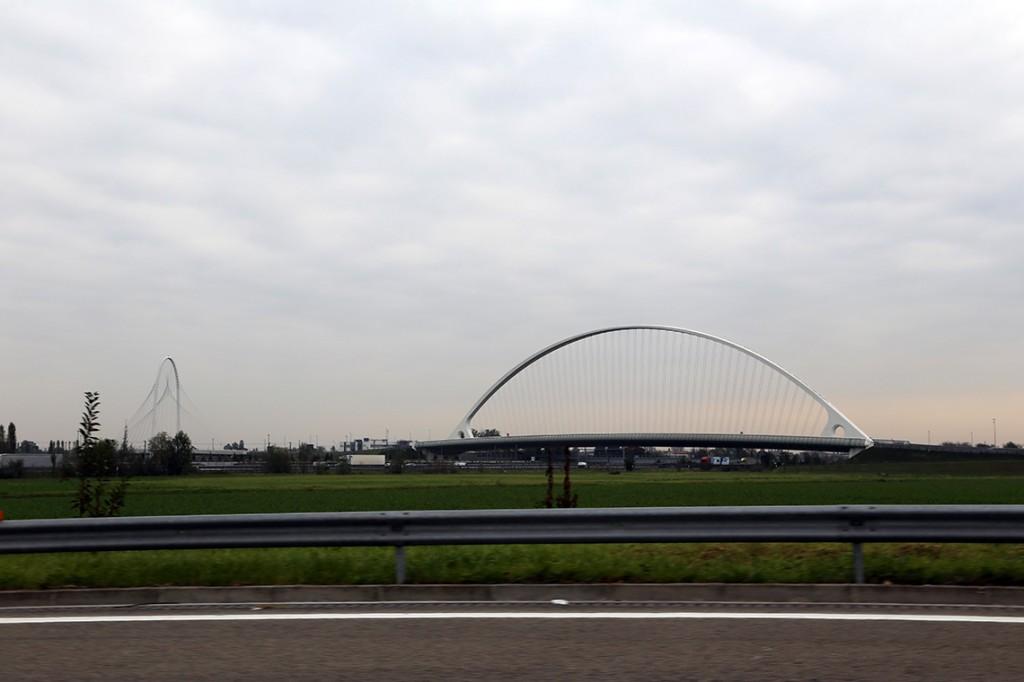 Po drugiej stronie autostrady - nowoczesne mosty Santiago Calatravy.