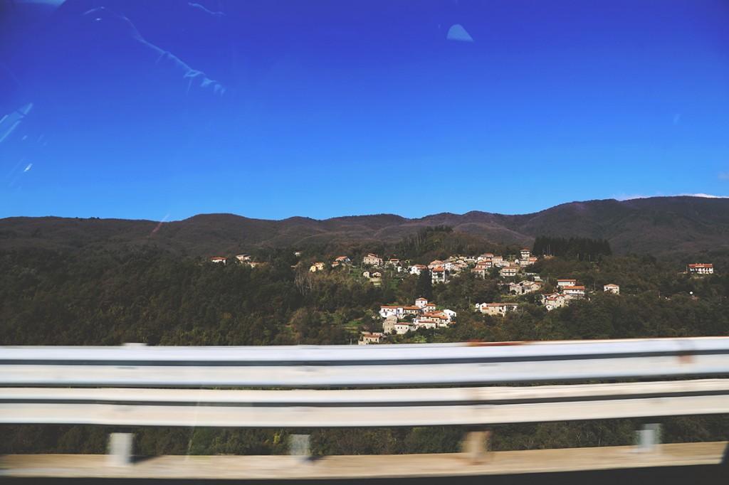 Włochy, charakterystyczne zabudowania na wzgórzach.