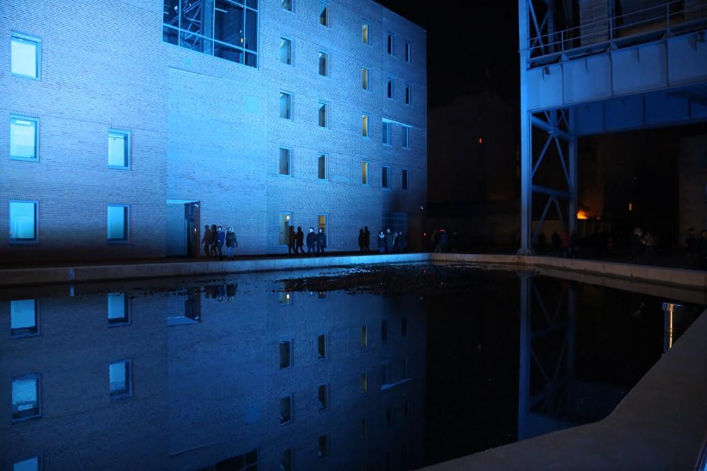 Tafla wody i oświetlone niebieskim światłem EC1.