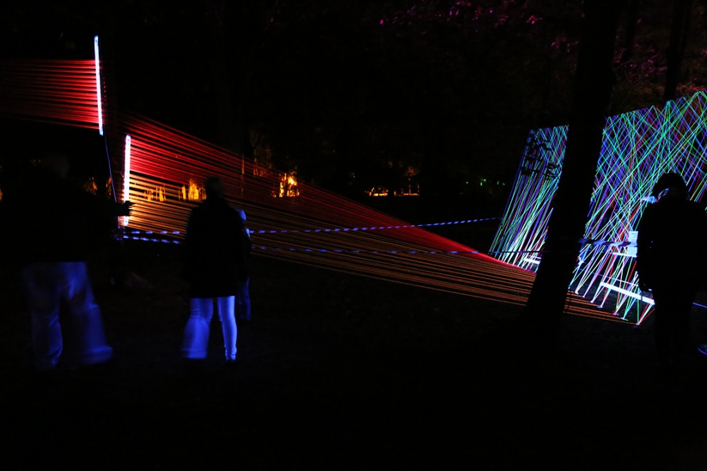 Neonowe nici w rozmiarze XXXL w Parku im. Sienkiewicza.