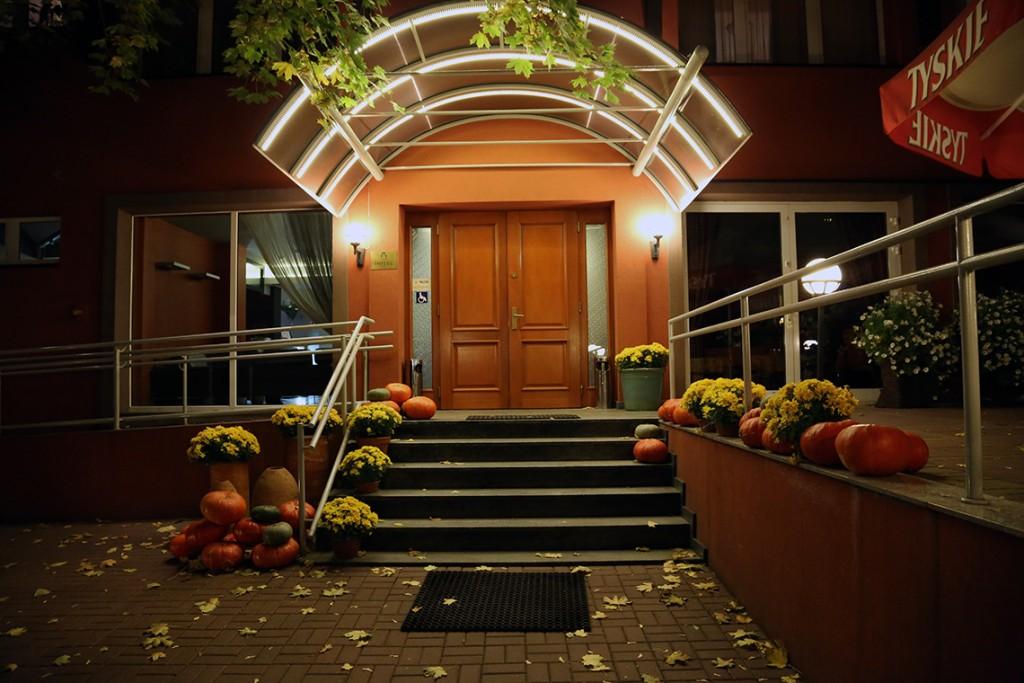 Wejście do hotelu Agat przypomniało nam o tym, że mamy już jesień...