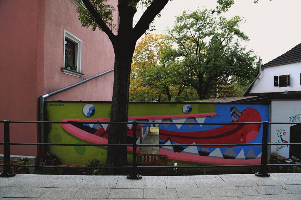 Gdzie stare miesza się z nowym, czyli cieszyński street art - zielony stwór pochłaniający Rotundę.