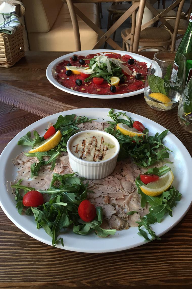 """Włoska uczta w sopockiej restauracji """"Amici"""" ;) Carpaccio wołowe i cielęcina z sosem tuńczykowo-kaparowym - pycha!"""