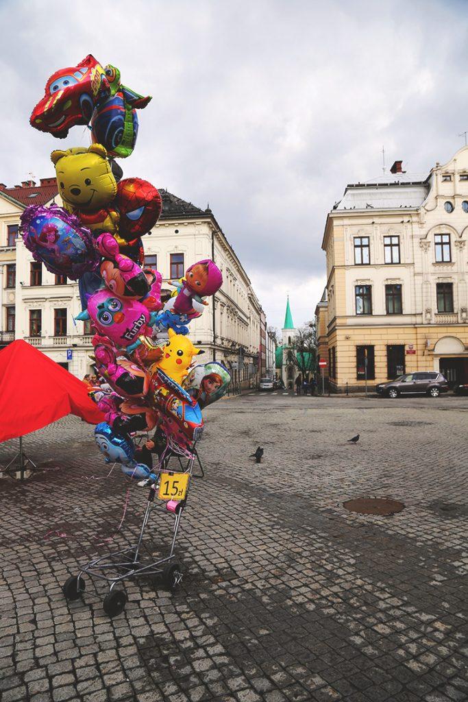 Kolorowe baloniki na Rynku w Cieszynie.