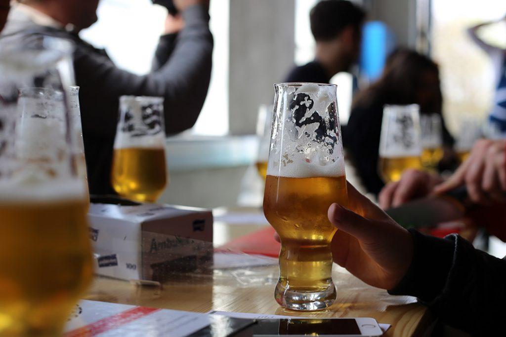 Blogerzy delektują się piwem w oczekiwaniu na murzyna ;)
