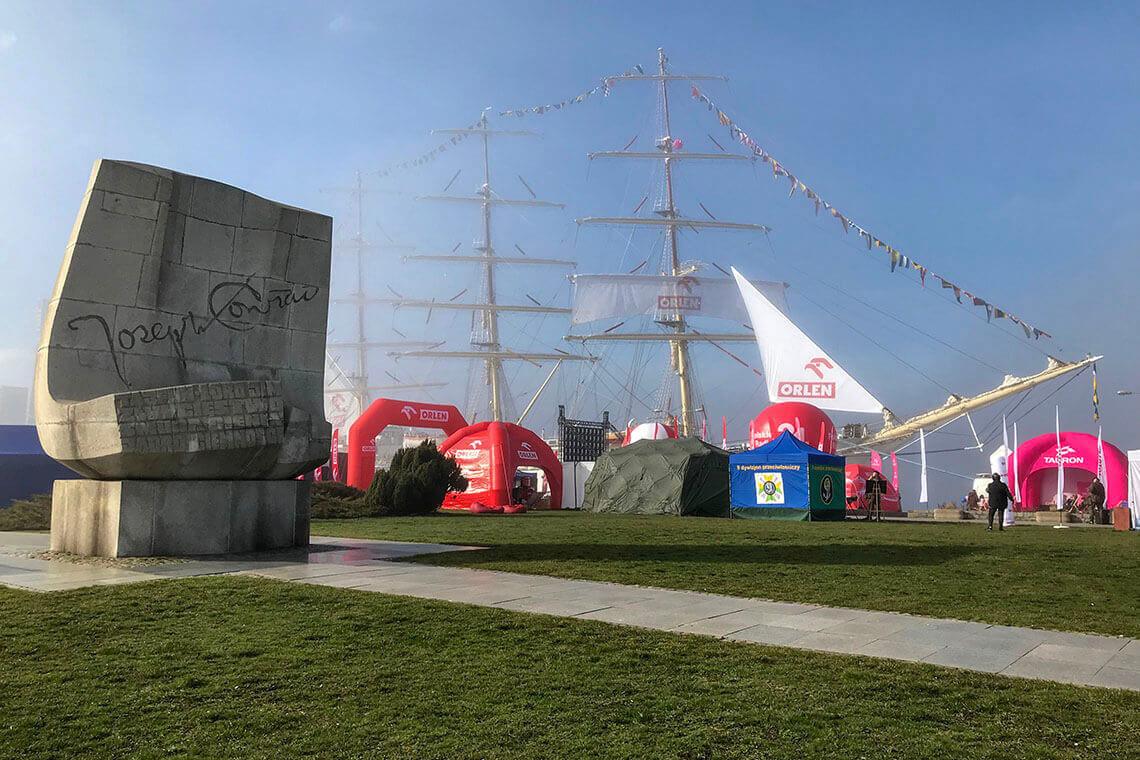 Molo Południowe, Gdynia - pomnik Josepha Conrada i Dar Młodzieży