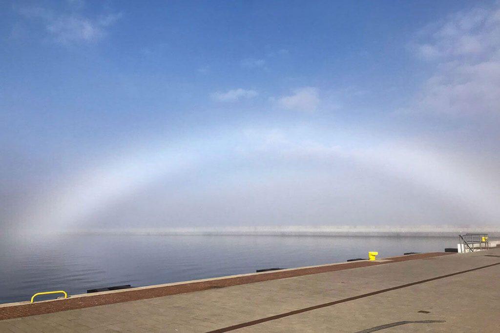 Biała mgła przy Nabrzeżu Pomorskim w Gdyni.