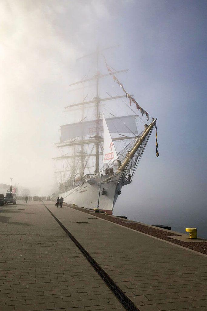 Żaglowiec Dar Młodzieży we mgle w Gdyni