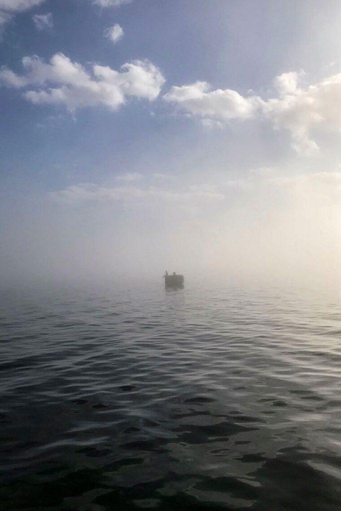 Rzeźba na dalbie Marzyciel Dyrygent Fal w Gdyni we mgle