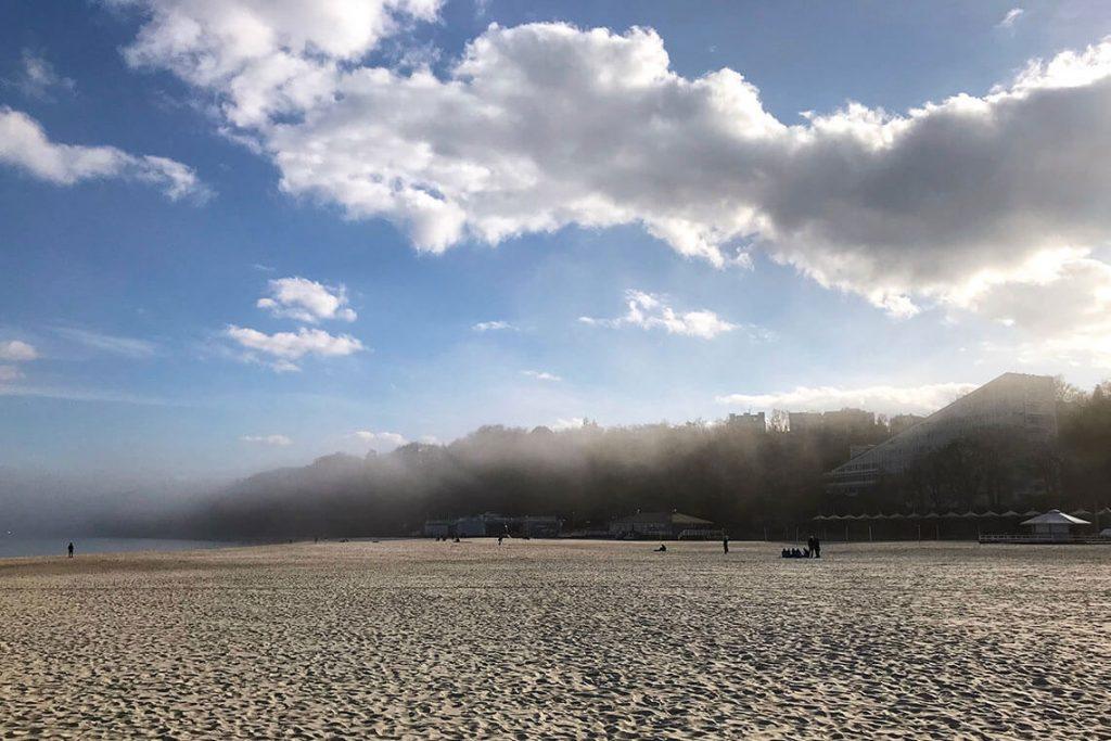 Mgła unosząca się nad plażą w Gdyni