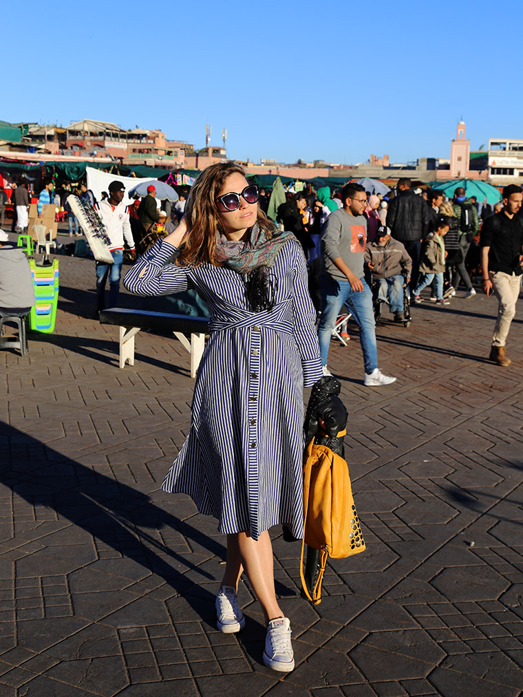 Na placu Jemaa el-Fna. Marokański dress code ;)