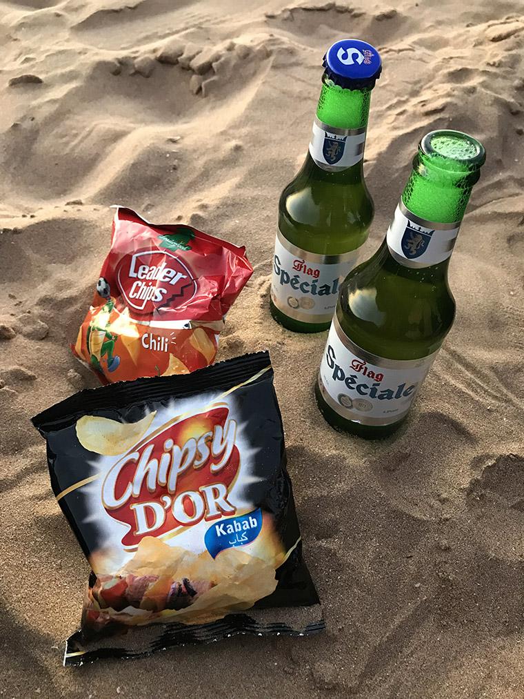 Marokańskie piwo Flag Spéciale i chipsy