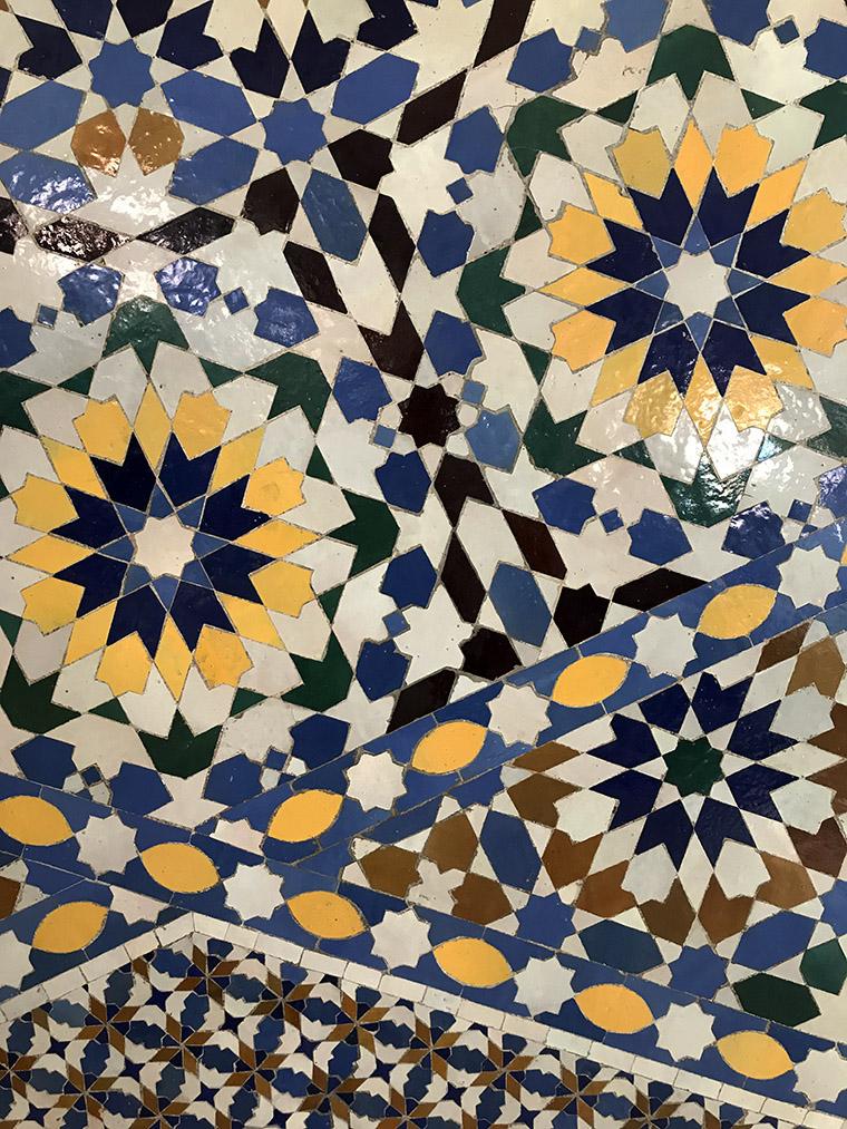 Ozdobne marokańskie kafelki na jednej ze ścian lotniska w Agadirze