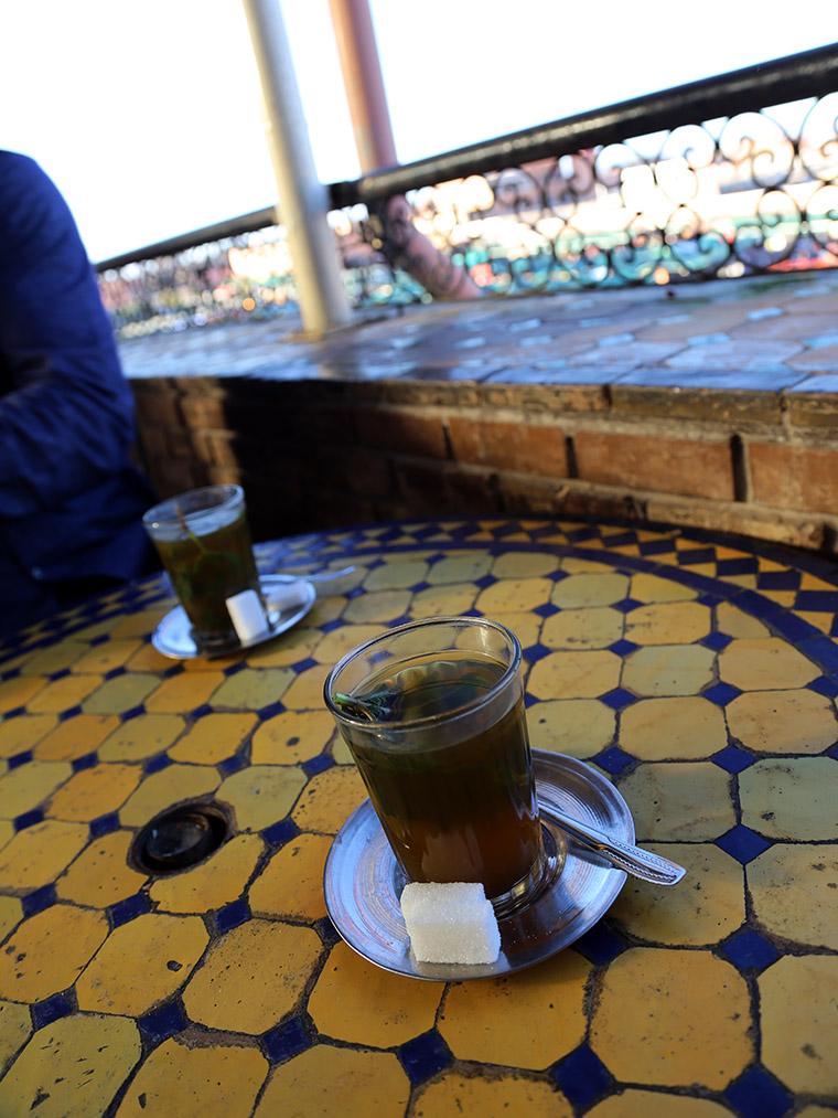 Marokańska miętowa herbata przy placu Jemaa el-Fna