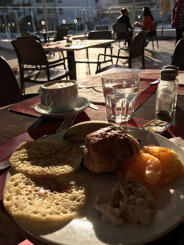 Hotelowe śniadanie - m.in. naleśniki beghrir