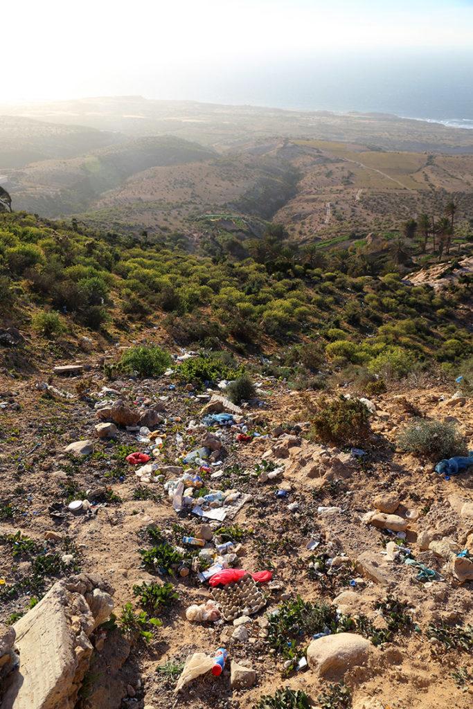 Śmieci przy drodze w Maroku