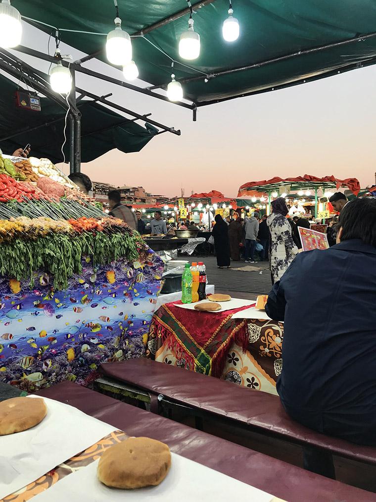 Stragan z jedzeniem na placu Jemaa el-Fna