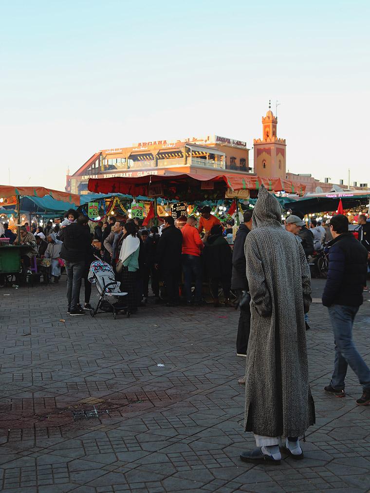 Mężczyzna w dżellabie na placu Jemaa el-Fna w Marrakeszu