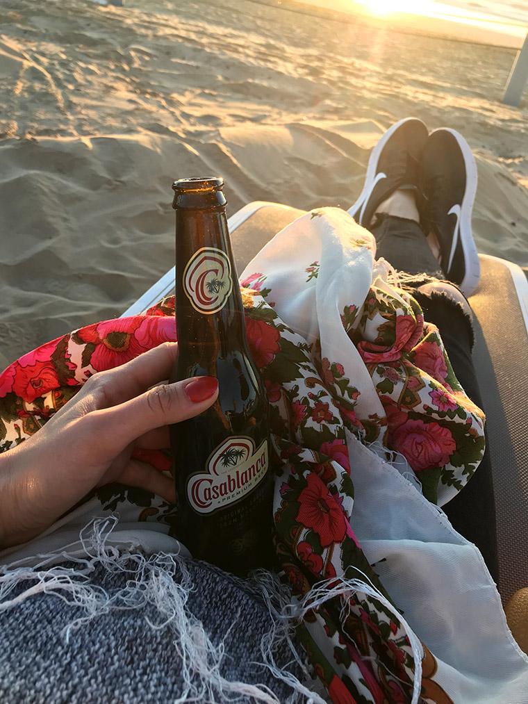Piwo Casablanca na plaży w Agadirze