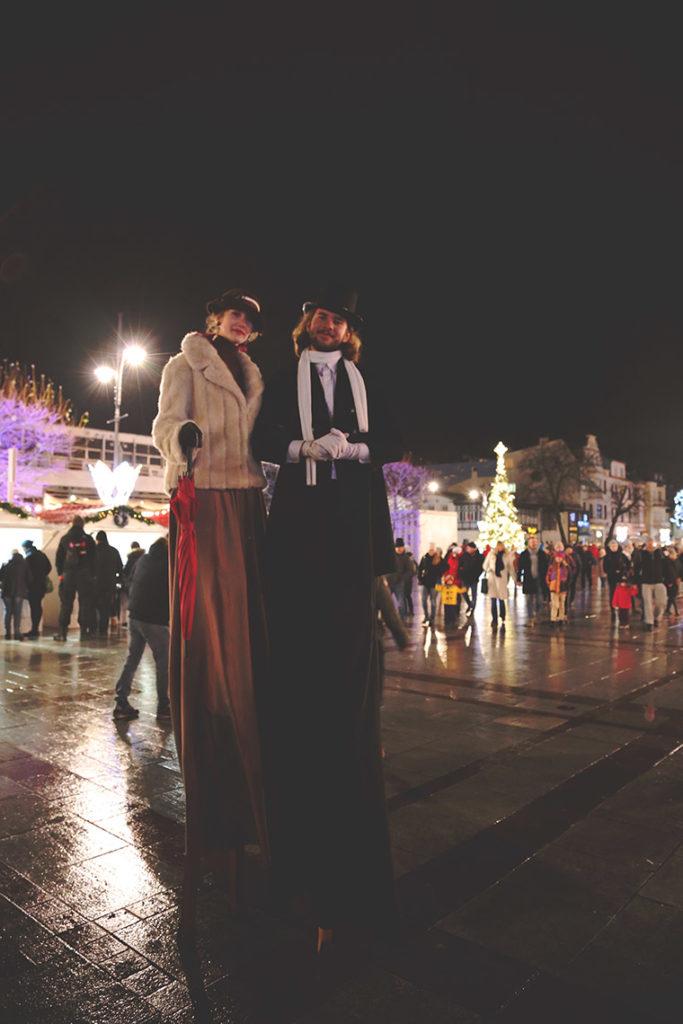 Szczudlarze na Placu Przyjaciół Sopotu