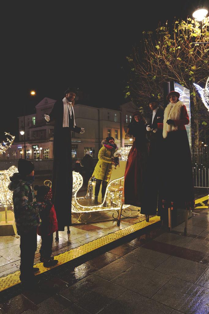 Szczudlarze pozujący do zdjęć w Sopocie