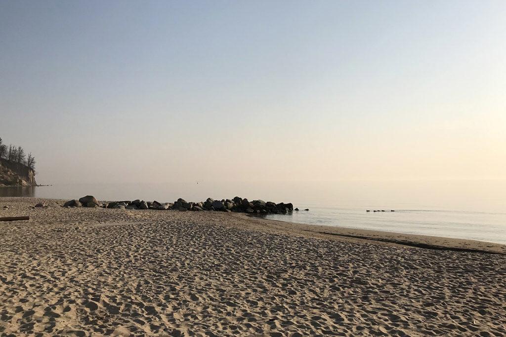 Pusta plaża w Gdyni Orłowie. Sobotni poranek, 28 marca 2020