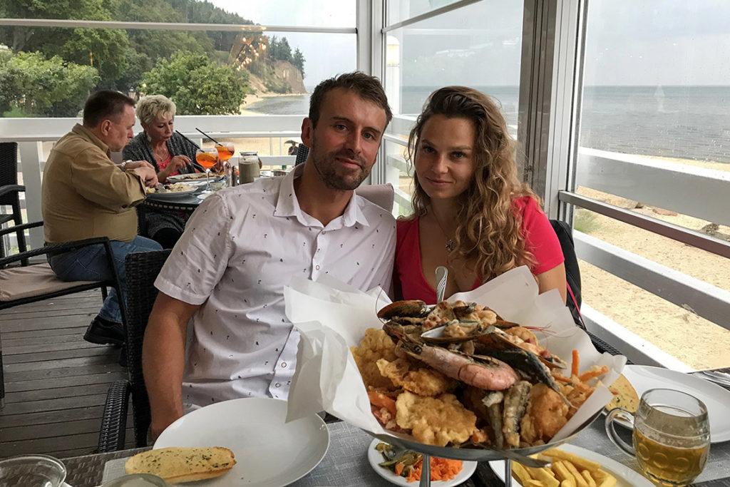 Urodziny Tomka - uczta w Tawernie Orłowskiej z widokiem na klif, plażę i molo