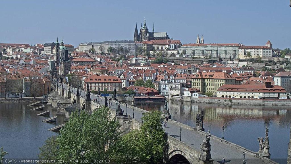 Praga - Most Karola, screenshot z kamery internetowej. 17 kwietnia 2020, godz. 13:20. Źródło: https://webcam.csvts.cz/