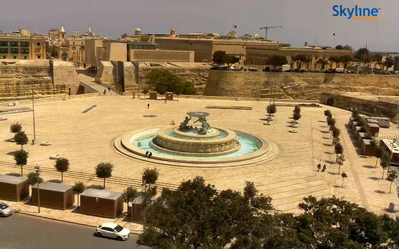 Valletta - Fontanna Trytona przed Bramą Miejską, screenshot z kamery na stronie Visit Malta. 17 kwietnia 2020, godz. 12:54. Źródło: https://www.visitmalta.com/en/webcam-triton-fountain