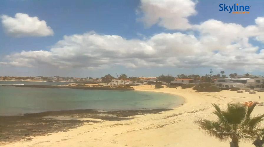 Fuerteventura - plaża w Corralejo, screenshot z kamery na stronie Fuerteventura Playas. 27 kwietnia 2020, godz. 15:25. Źródło: https://www.fuerteventuraplayas.com/en/webcams/corralejo-viejo