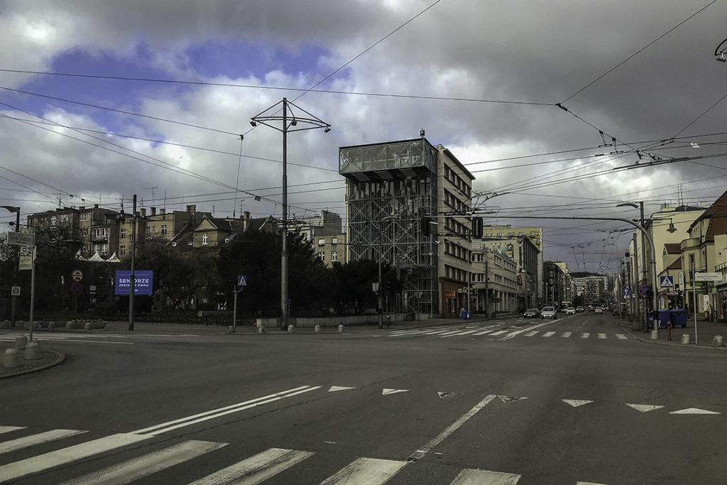 Gdynia - skrzyżowanie ulicy 10 Lutego ze Świętojańską i skwerem Kościuszki, 3 kwietnia 2020
