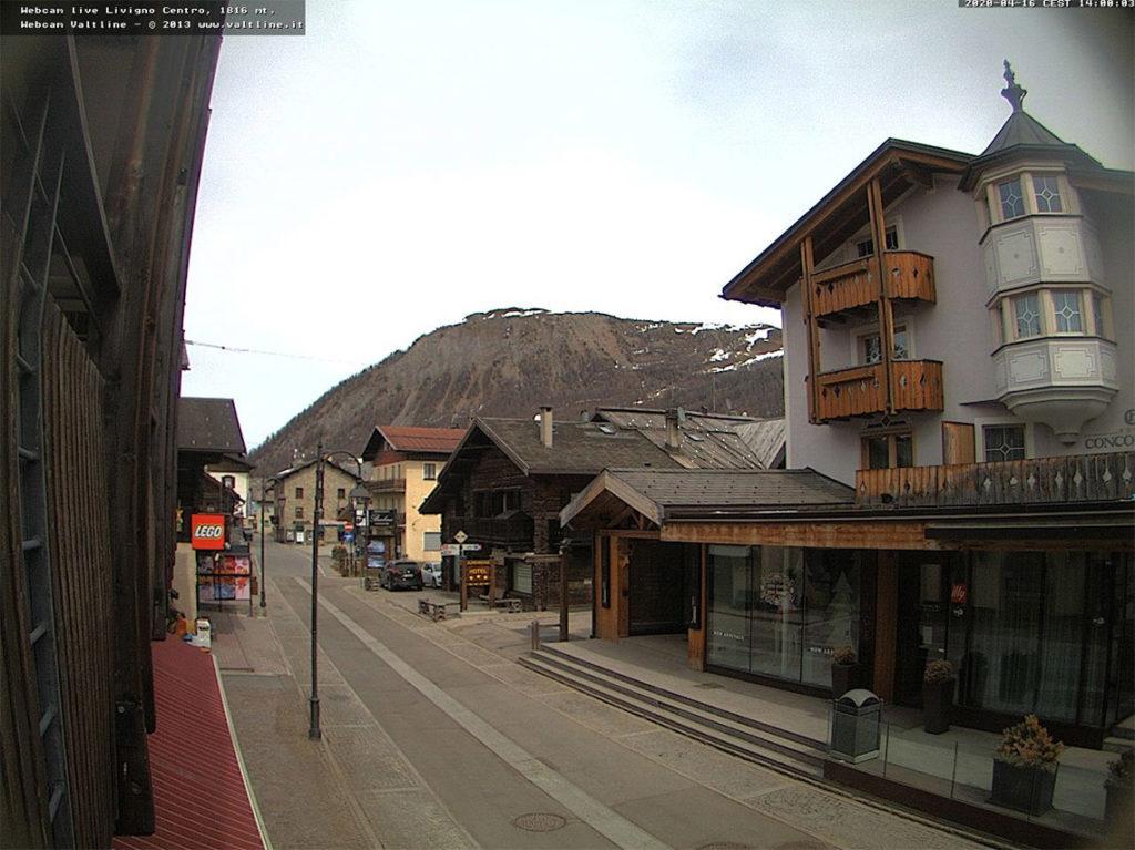 Livigno - screenshot z kamery na stronie Valtline, 16 kwietnia 2020, godz. 14:00. Źródło: www.webcam.valtline.it