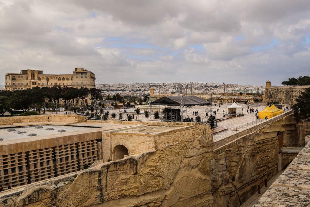 Valletta - przygotowania do karnawału przy Fontannie Trytona, 1 marca 2019