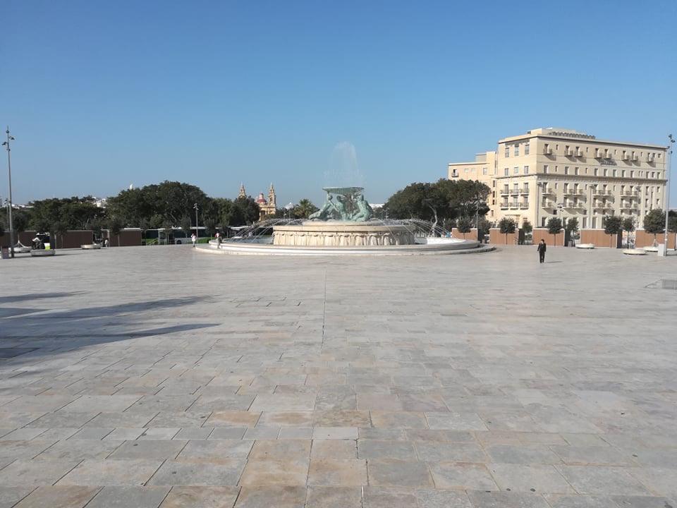 Valletta - Fontanna Trytona przed Bramą Miejską, 17 kwietnia 2020. Fot. Adrienn Molnár