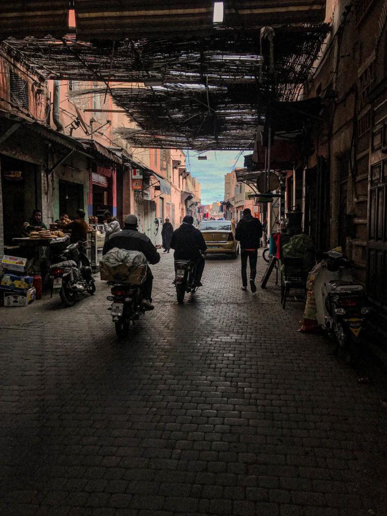 Marrakesz - ulice medyny pełne miejscowych przemieszczających się na motorach, 23 stycznia 2019