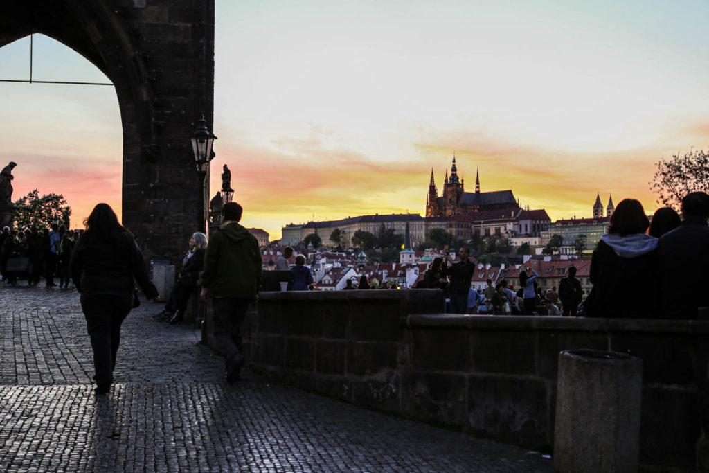 Praga - zachód słońca na Moście Karola z widokiem na Hradczany, 1 maja 2018