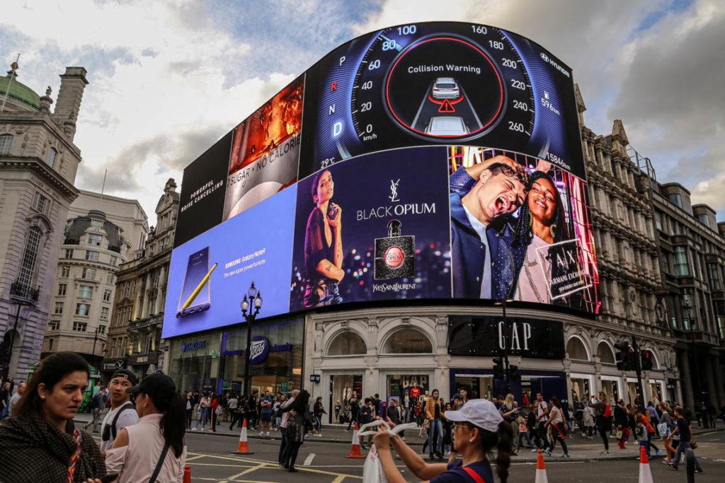 Londyn - ogromne reklamy świetlne na Piccadilly Circus, 9 września 2018