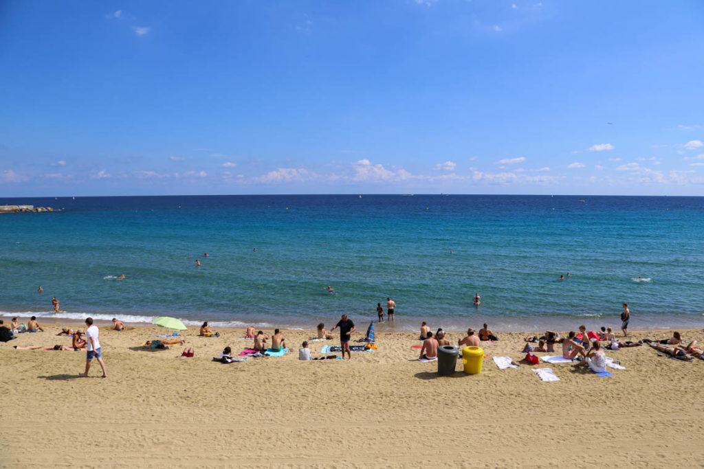 Plażowicze na Playa de La Barceloneta, Barcelona, 21 września 2016