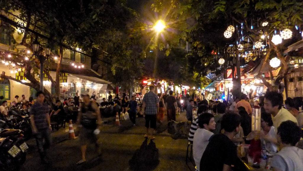 Bangkok - wieczorny spacer po Ram Buttri Road, 27 kwietnia 2012