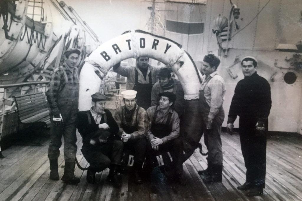 Dziadek Ani (stoi pod kołem, trzeci od prawej) na statku Batory.