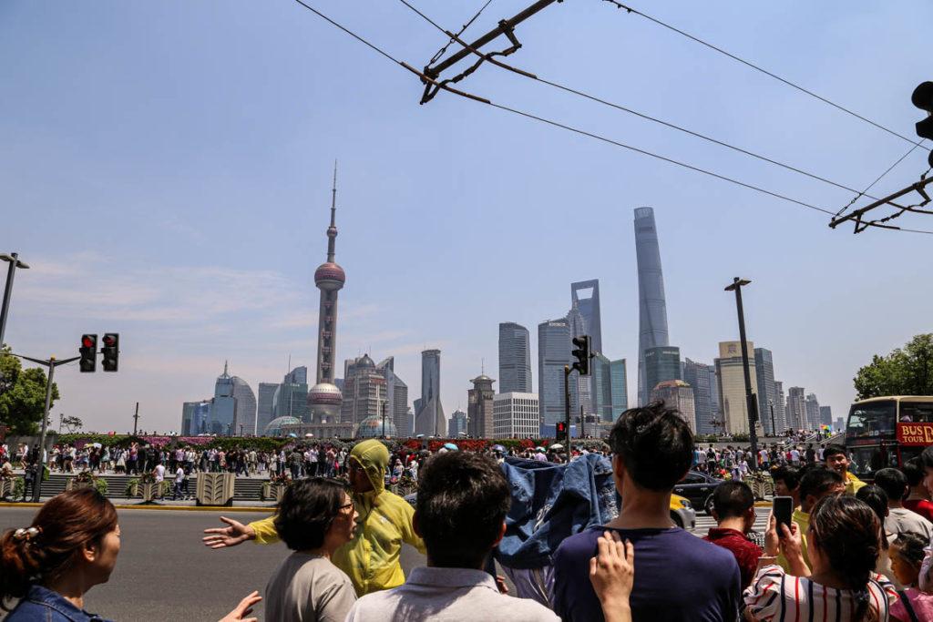 Szanghaj - tłumy turystów i Pudong w tle, 1 maja 2016