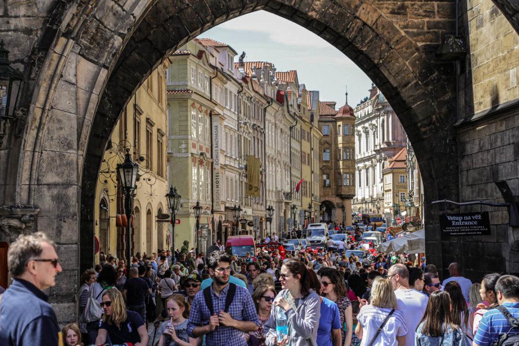 Praga - tłumy turystów przy wejściu na Most Karola, 30 kwietnia 2018