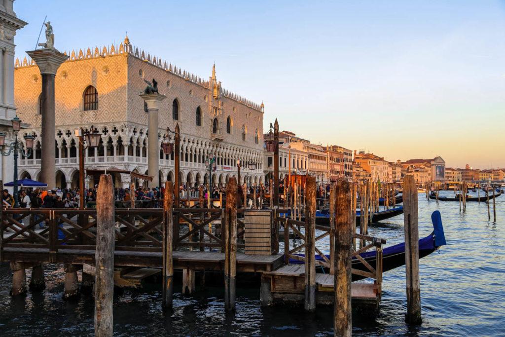 Wenecja - przystanie gondolowe przy Riva degli Schiavoni o zachodzie słońca, 1 listopada 2014