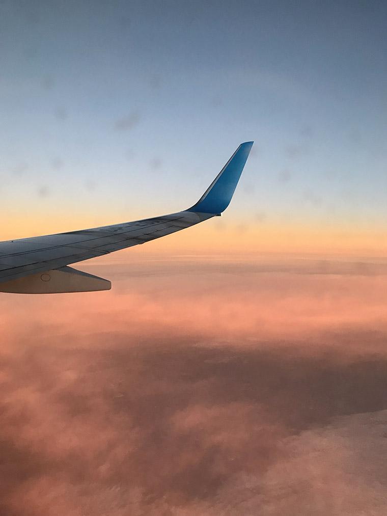 Wschód słońca z okna samolotu. Lot do Maroka