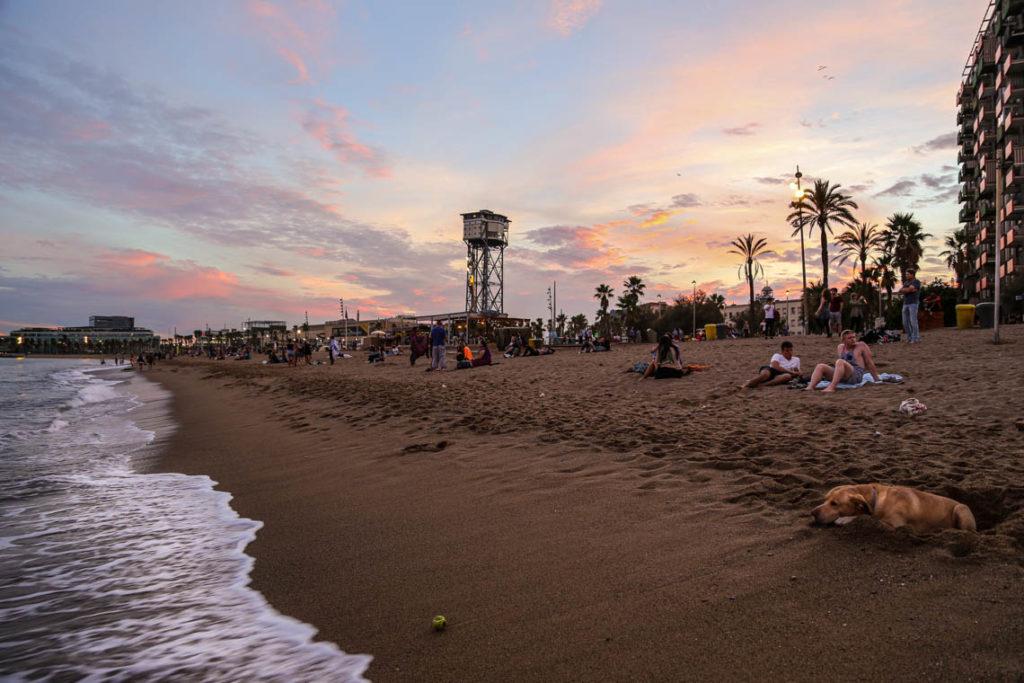 Zachód słońca na plaży w Barcelonie, 20 września 2016. Hiszpania przed pandemią i dziś to dwa zupełnie różne światy