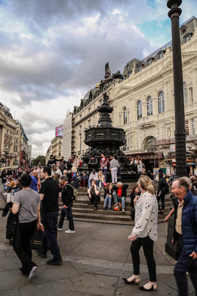 Londyn - tłumy turystów na Piccadilly Circus, 9 września 2018
