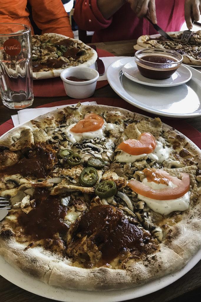 Anker, pizza pół na pół: Bolognese i Mexicana