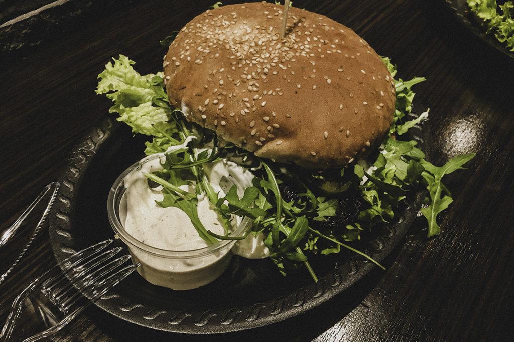 Kulinarna mapa Gdyni obejmuje również świetne burgerownie. Jedną z pierwszych i najlepszych jest Baranola Burger