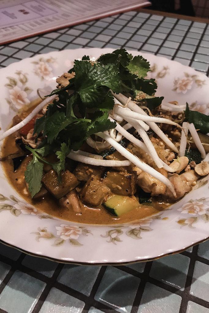 NEON streetfood bar - czerwony curry z kurczakiem